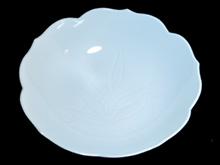 青白磁花形大皿
