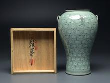 青磁象嵌菊花紋瓶
