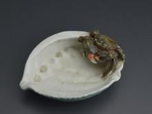 蟹彫刻木葉型古陶磁器